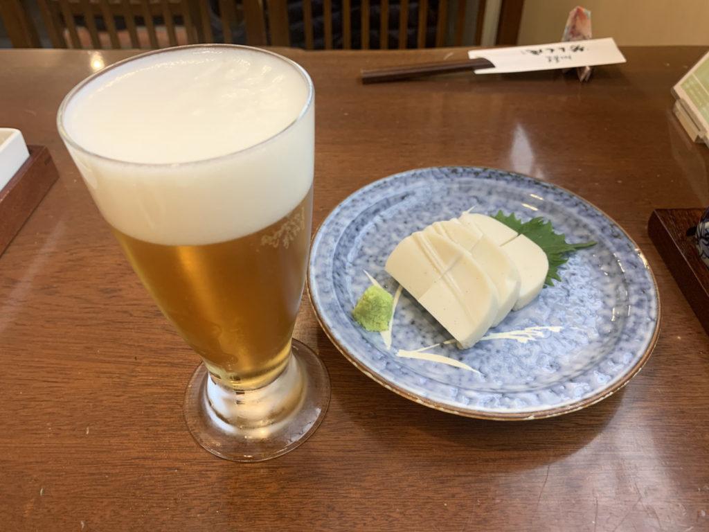 芳とも庵のビールと板わさ